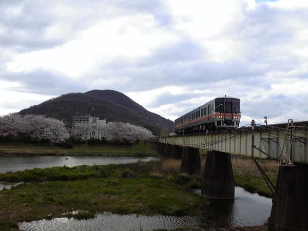 平成22年4月7日/夢前川橋梁と桜と新型車両(その2)
